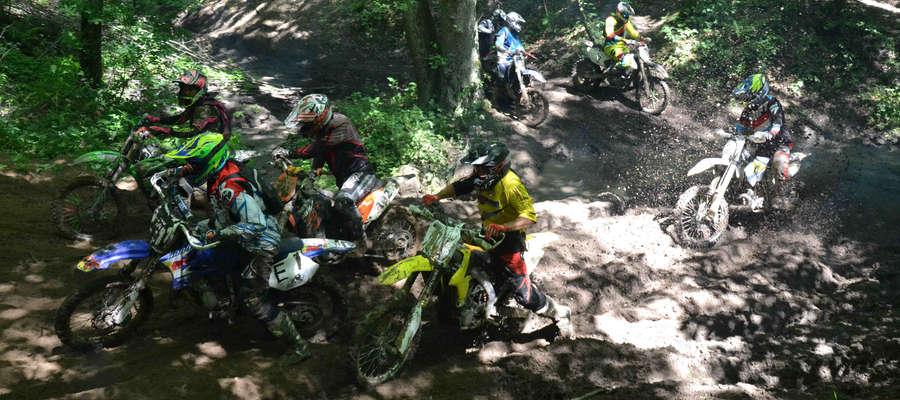 Niełatwą przeprawę mieli motocykliści w jednym z wąwozów nad Jeziorem Górczyńskim