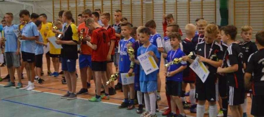 """Turniej Piłki Nożnej """"Karoliada"""" w Szkole Podstawowej nr 4 im. Jana Pawła II w Lidzbarku Warmińskim."""