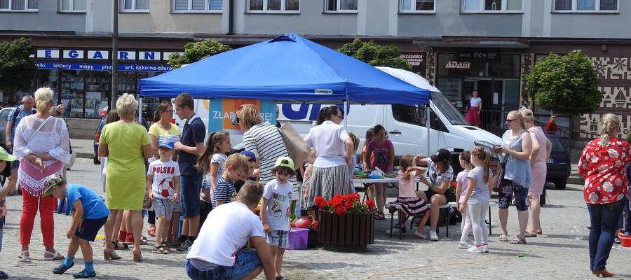 Zabawa dzieci na nidzickim rynku
