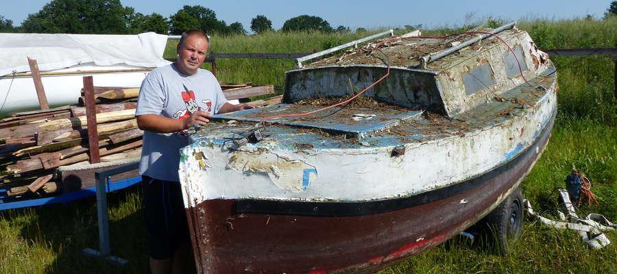 Słynna Luka przeleżała na dnie Jezioraka kilkanaście lat, jak nie dwadzieścia... Na zdjęciu stoi przy niej Paweł Barczak