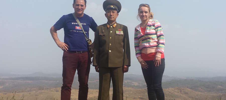 Zenon Liberna (z lewej) jako jeden z dwóch Polaków przebiegł maraton w Korei Północne