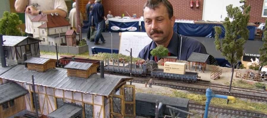 Damian Sikorski  jest wielkim miłośnikiem modelarstwa i to dzięki niemu w Iławie odbywają się wystawy modeli