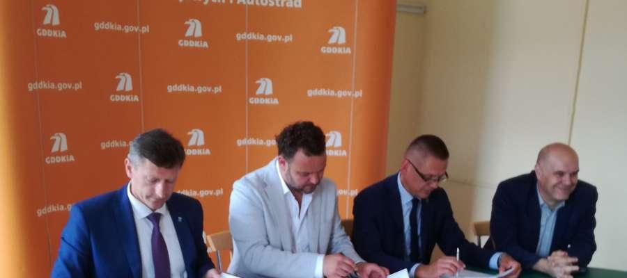 Burmistrz miasta Jacek Wiśniowski podpisał umowę na przebudowę skrzyżowania ulic Wyszyńskiego i Orła Białego