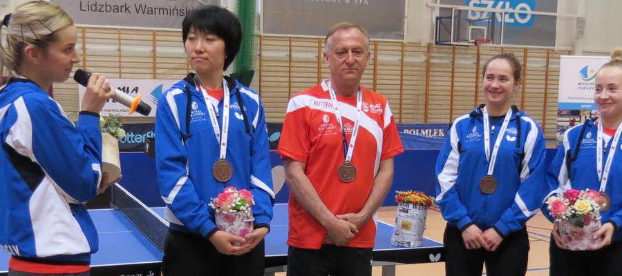 Zbigniew Pietkiewicz i jego podopieczne z Polmlek Lidzbark Warmiński z brązowymi medalami.