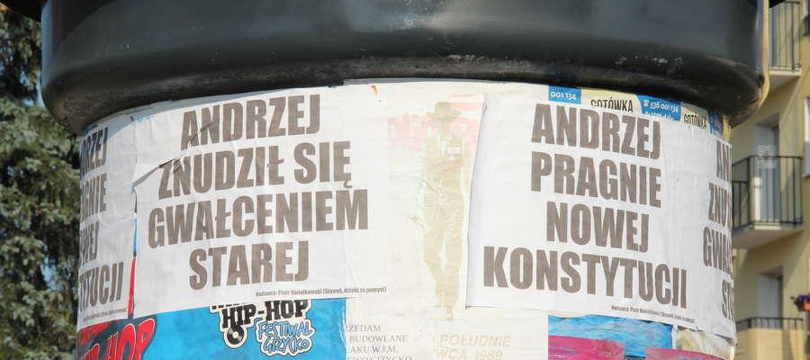 Plakaty na giżyckich słupach ogłoszeniowych