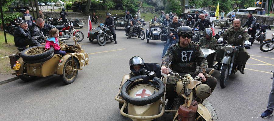 Motocykliści odwiedzili m.in. Wilczy Szaniec i pałac w Nakomiadach