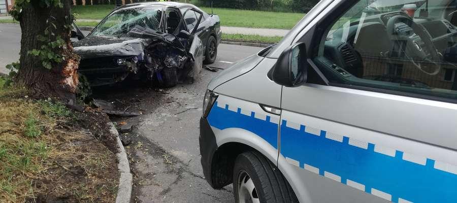 Mitsubishi uderzyło w drzewo na ul. Marii Zientary-Malewskiej. Kierowca uciekł z miejsca zdarzenia