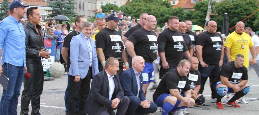 Wspólne zdjęcie organizatorów i uczestników Pucharu Polski Strongman Działdowo 2018