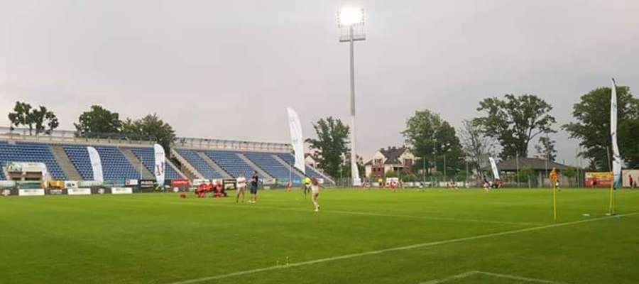 Młodzi piłkarze przy włączonych jupiterach kończyli piątkową sesję gier grupowych 5. Ostróda Cup