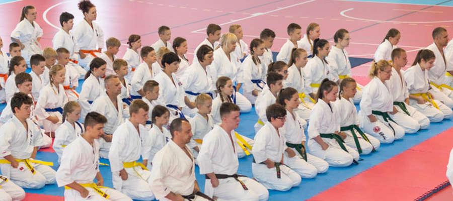fot. — Prawie stu zawodników wzięło udział w III Turniej o Puchar Burmistrza Korsz w Karate Kyokushin. Nasi karatecy zdobyli 14 medali.