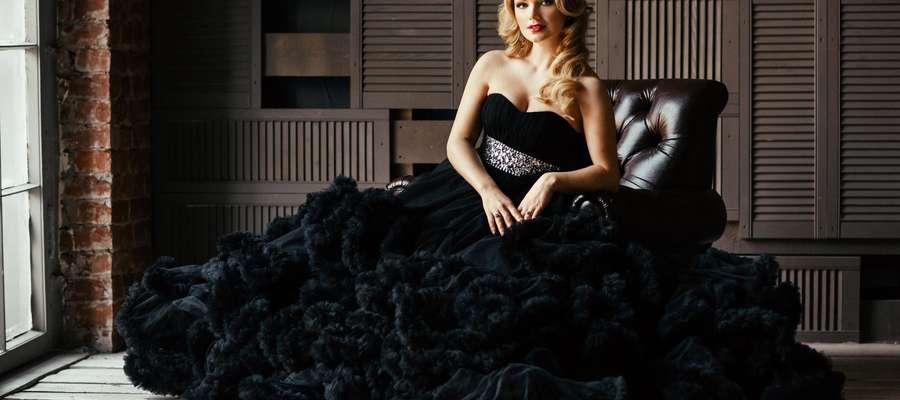 Na scenie hiszpańskiemu tenorowi towarzyszyć będzie sopranistka Katarzyna Mackiewicz, polska śpiewaczka operowa i operetkowa