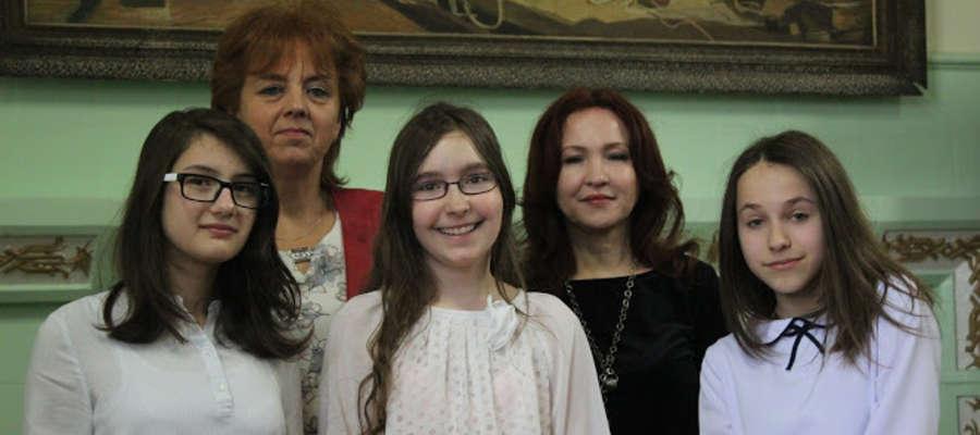 Anastazja Zajchowska, Kamila Jabłońska i Magdalena Czerwińska z opiekunkami.