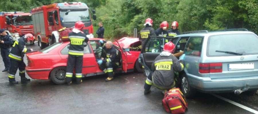 Dwa samochody zderzyły się na łuku drogi pod Starymi Jabłonkami