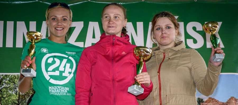 Magda Chmielewska (pierwsza z lewej) ze srebrem 24-godzinnego maratonu