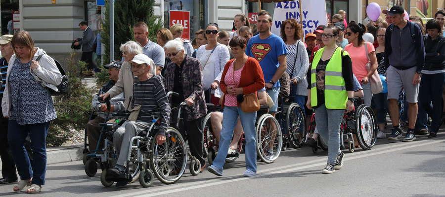 Przemarsz niepełnosprawnych ulicami Giżycka
