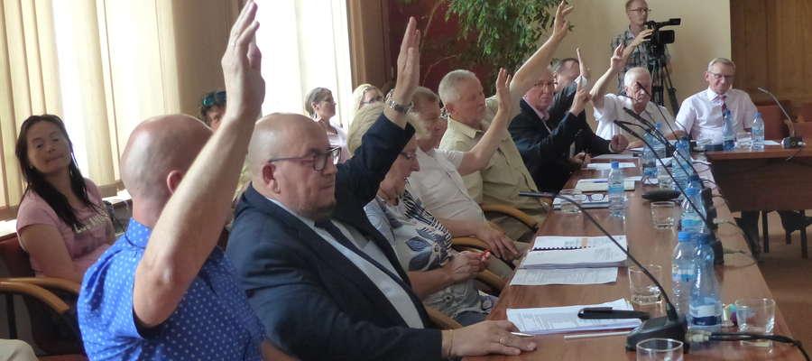 Aż jedenastu radnych miejskich z Iławy postanowiło zagłosować przeciw uchwale mówiącej o obniżeniu pensji burmistrza Iławy