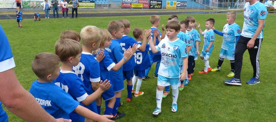 Duży szacunek dla najmłodszych piłkarzy Jezioraka i Małego Jezioraka, którzy po derbowym pojedynku ustawili się w rzędach i przechodząc obok siebie mówili: Dobry mecz!