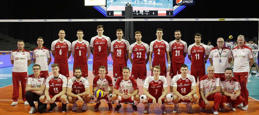 Polscy siatkarze przed meczem Ligi Narodów z USA. W dolnym rzędzie pośrodku Michał Żurek z Indykpolu AZS Olsztyn (numer 16)