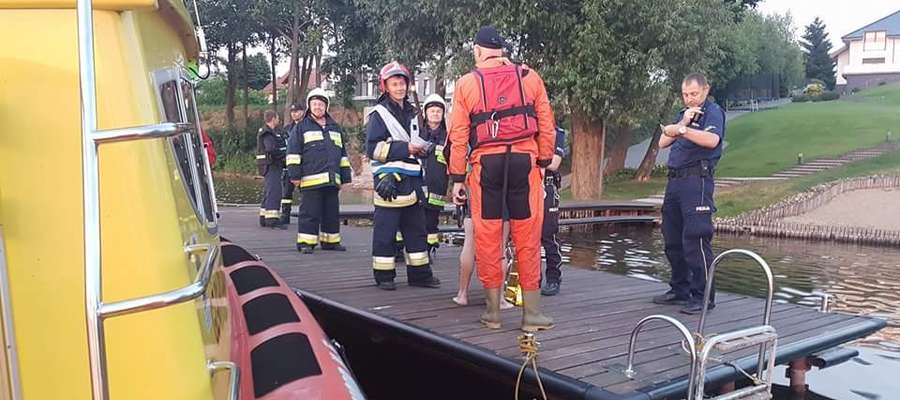 Mężczyzna, który wskoczył do Jezioraka, tu już w otoczeniu strażaków i policjantów