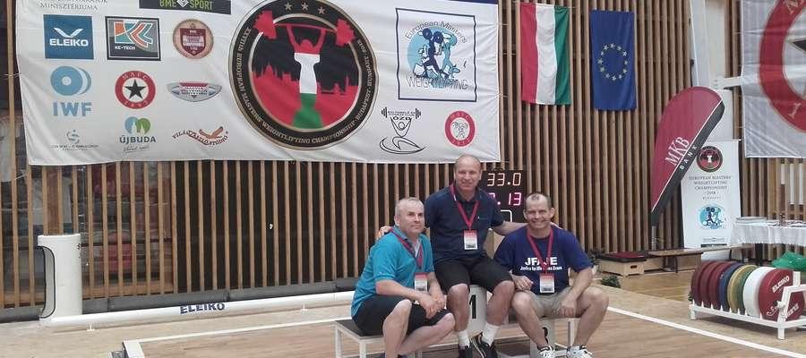 Bracia Rutkowscy na podium. Od lewej: Bogdan, Jarosław i Marek