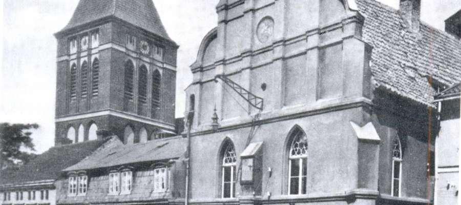 Ratusz stoi przy ulicy Chrobrego, która dawniej miała historyczną i nieprzypadkową, nazwę Rynek
