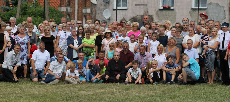 Ks. kan. Jan Sztygiel obchodzi 30-lecie kapłaństwa. Pamiątkowe zdjęcie z gośćmi jubileuszu.