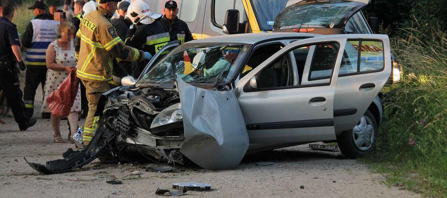 18-letni kierowca ominął sarnę lecz uderzył w drzewo. W aucie było pięcioro młodych ludzi