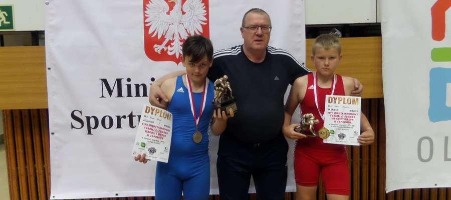 """""""Srebrny"""" Dawid Panuś (po lewej) i """"złoty"""" Ksawier Skol z trenerem Witoldem Sańko"""