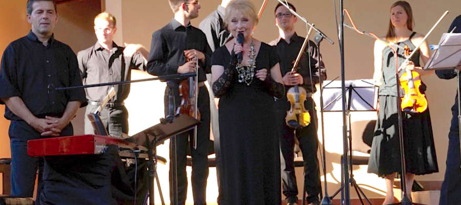 Gościem specjalnych jednego z koncertów w ubiegłych latach była aktorka, Magdalena Zawadzka
