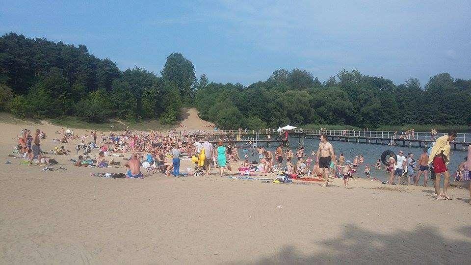 Plaża nad jeziorem Sajmino jeszcze z pomostem