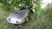 Honda zjechała z drogi i zawisła na skarpie. Kierowca porzucił pojazd [ZDJĘCIA, VIDEO]