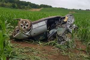 Audi uderzyło w drzewo i kilka razy dachowało. Ranny został 20-letni kierowca