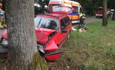Volkswagen uderzył w drzewo. Cztery osoby w szpitalu [ZDJĘCIA]