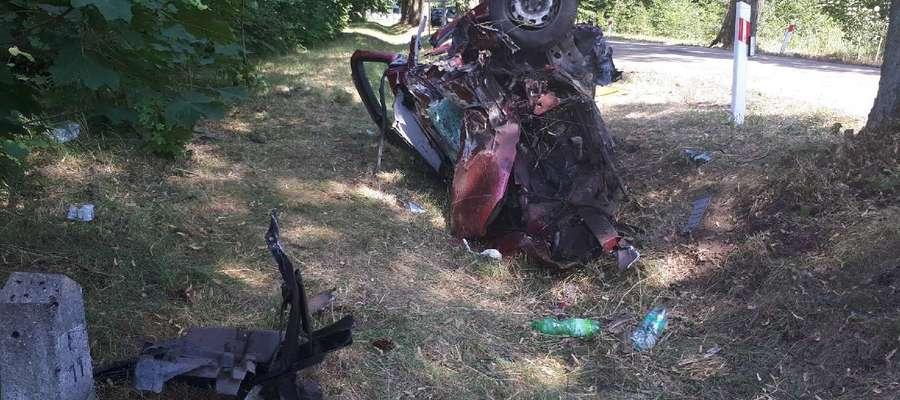 Volkswagen uderzył w drzewo. Nie żyje 22-letni kierowca [AKTUALIZACJA]