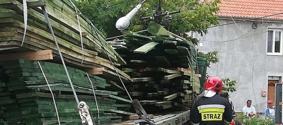 Kolizja w Orzyszu. Ciężarówka z drewnem uderzyła w słup energetyczny