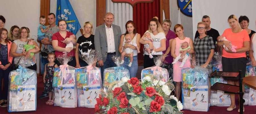 Pamiątkowe zdjęcie rodzin z Gminy Iława oraz władz gminnych