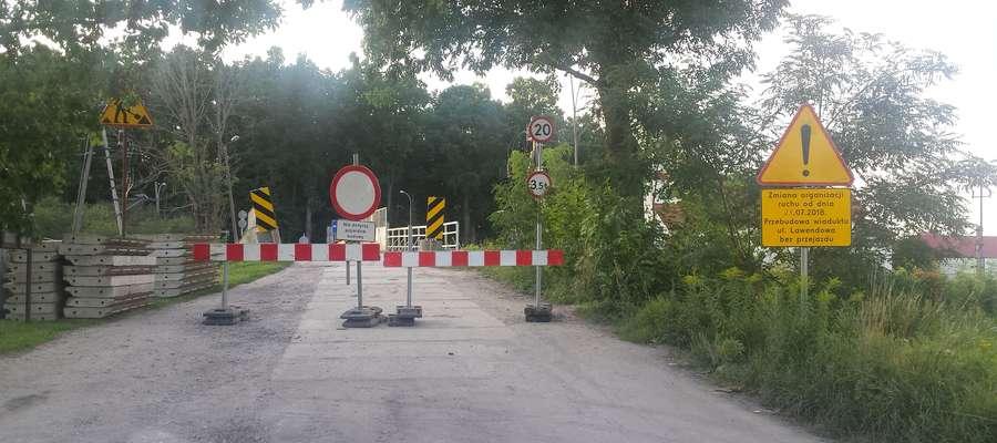 Zamknięta droga przez wiadukt na razie jest dostępna dla pieszych, ale już 7 sierpnia wiadukt będzie rozebrany