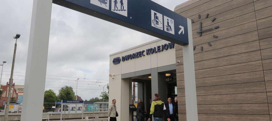 Trwa także modernizacja obiektów dla pasażerów na stacjach i przystankach. Na stacji Olsztyn Zachodni zdemontowano konstrukcję peronu nr 1