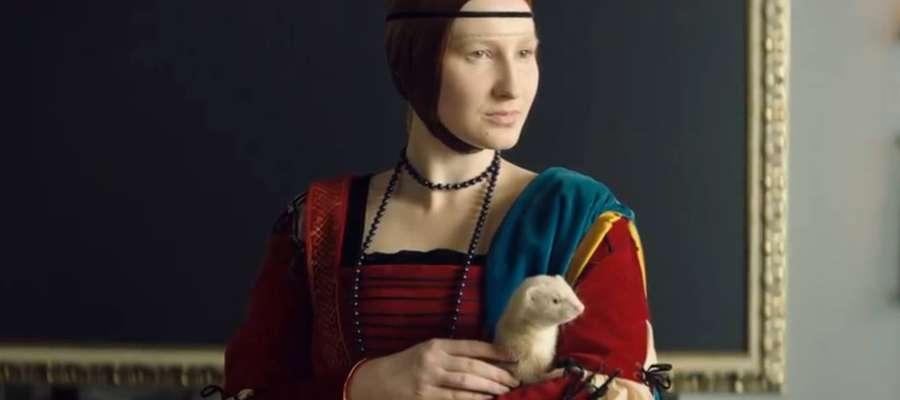 Anna Maria Kosik w reklamie jako Dama z łasiczką