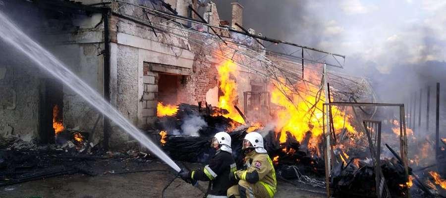Strażacy pracowali na miejscu ok. 10 godzin. Udało się uratować sąsiadujące ze stolarnią budynki.
