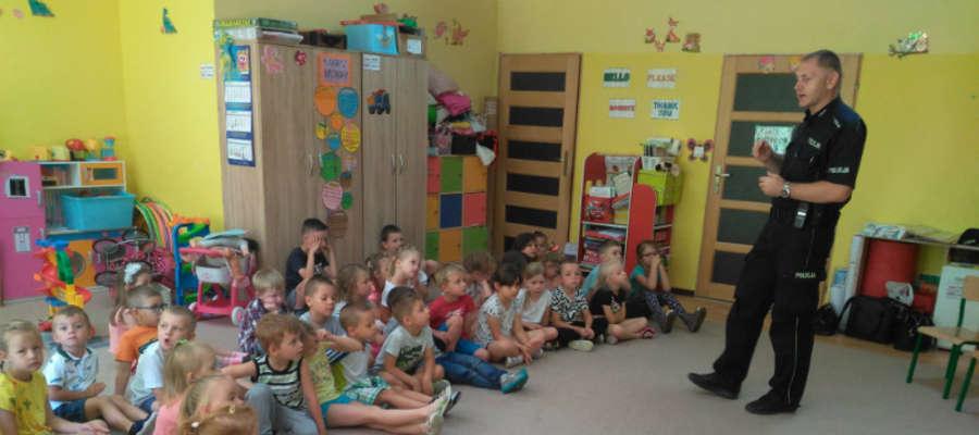 St. asp. Tomasz Grysz podczas rozmowy z przedszkolakami