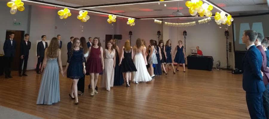 Uczniowie klas trzecich Gimnazjum nr 1 zorganizowali swój bal w Termach Warmińskich.