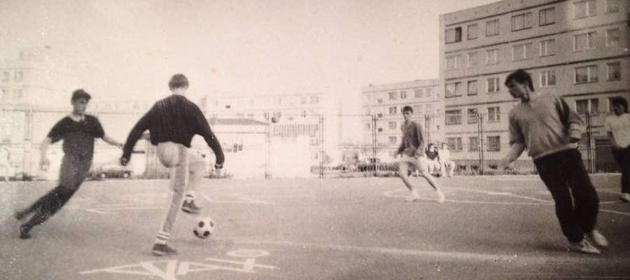 To na asfaltowym boisku na os. Podleśne w Iławie, nieopodal Polanki, piłkarskiego abecadła uczył się m.in. Remigiusz Sobociński (przy piłce)