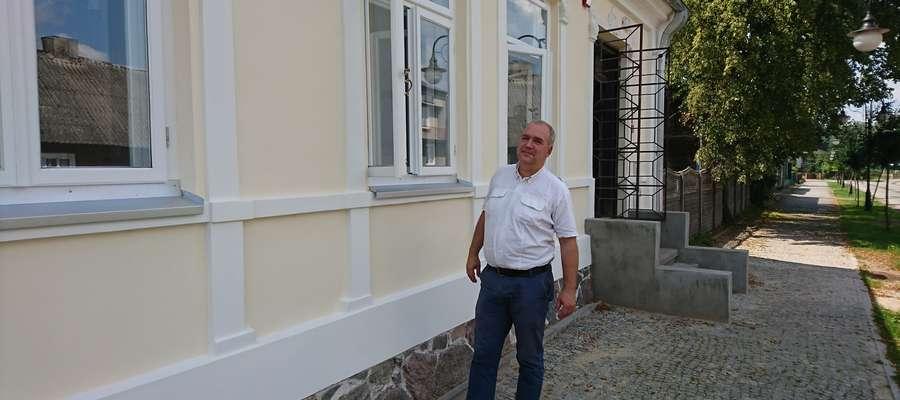 Kierownik Jerzy Piotrowski prezentuje oryginalne elementy okien.