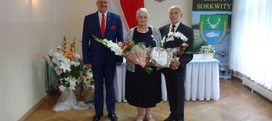Jubilaci, Zdzisława i Władysław Polonis oraz wójt Józef Maciejewski
