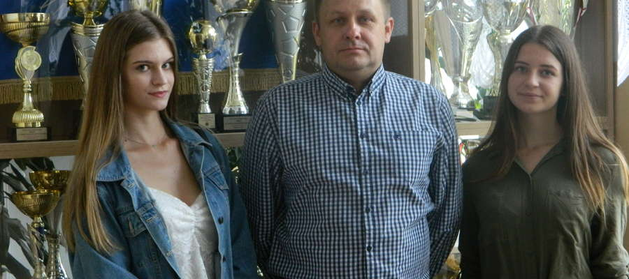 Na zdjęciu Waldemar Ołyński, opiekun młodzieży oraz autor projektu z uczennicami