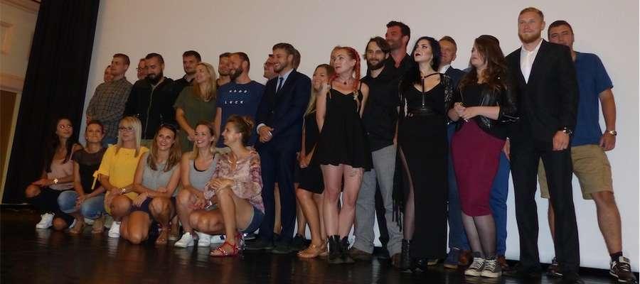 Po projekcji na scenę zaproszono wszystkie osoby, które uczestniczyły w filmowym projekcie...