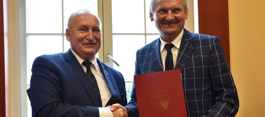 Umowę o dofinansowaniu teleopieki podpisali marszałek Gustaw Marek Brzezin i wójt gminy Iława Krzysztof Harmaciński