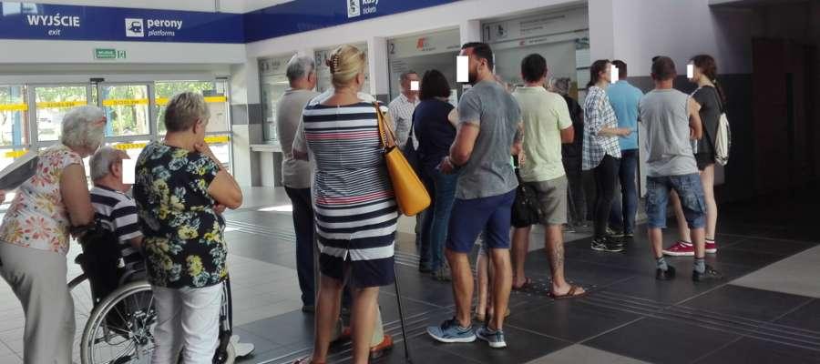 Kolejka po bilety na dworcu w Elblągu