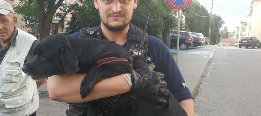 Policjant z uratowanym psem